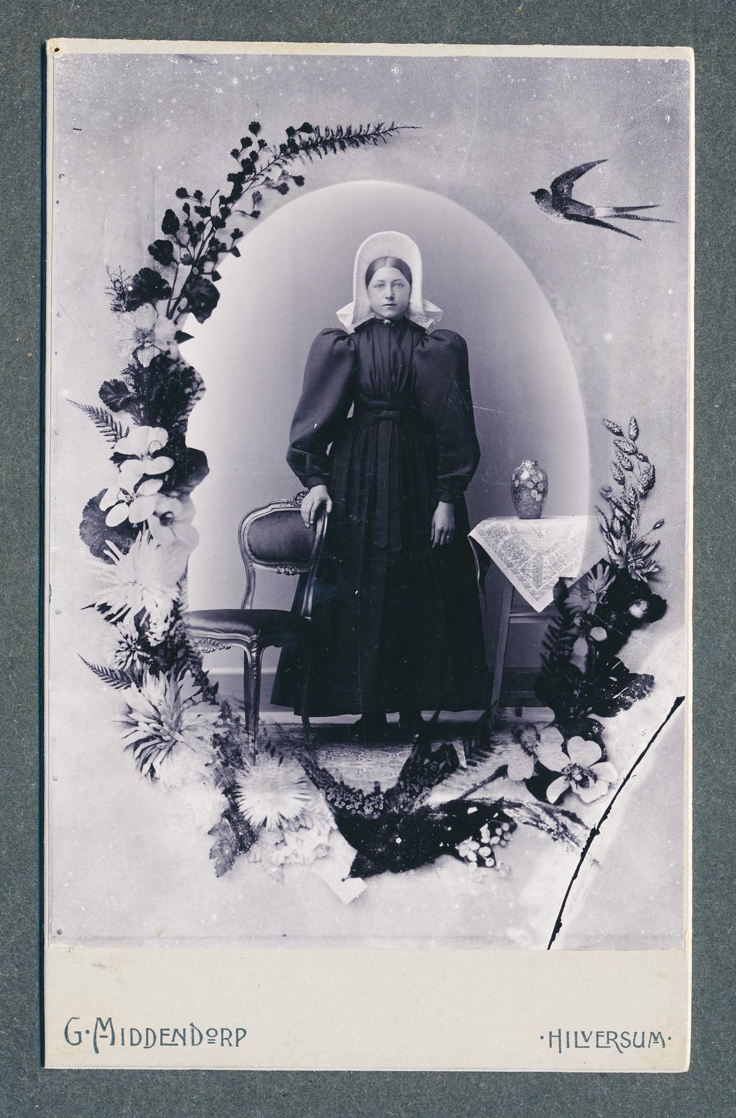 Magdalena (Leentje) de Bruin in Huizer kostuum