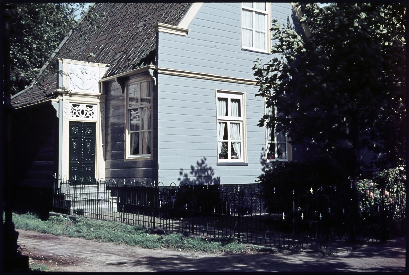 Woning met bewerkte deur en bovenlicht