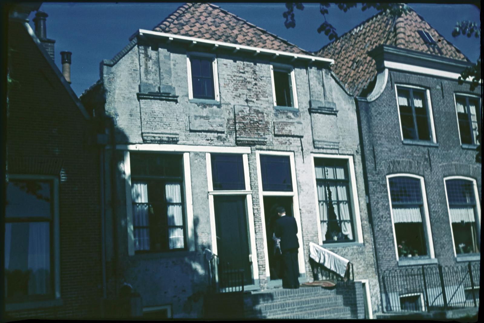 Twee witgepleisterde huizen