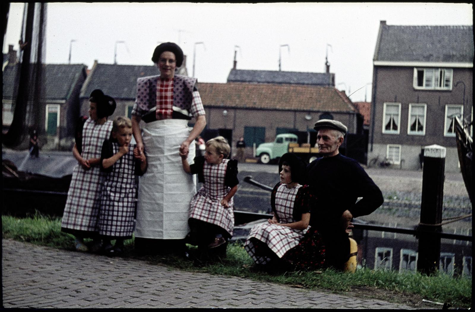 Vrouw en man met kinderen in klederdracht