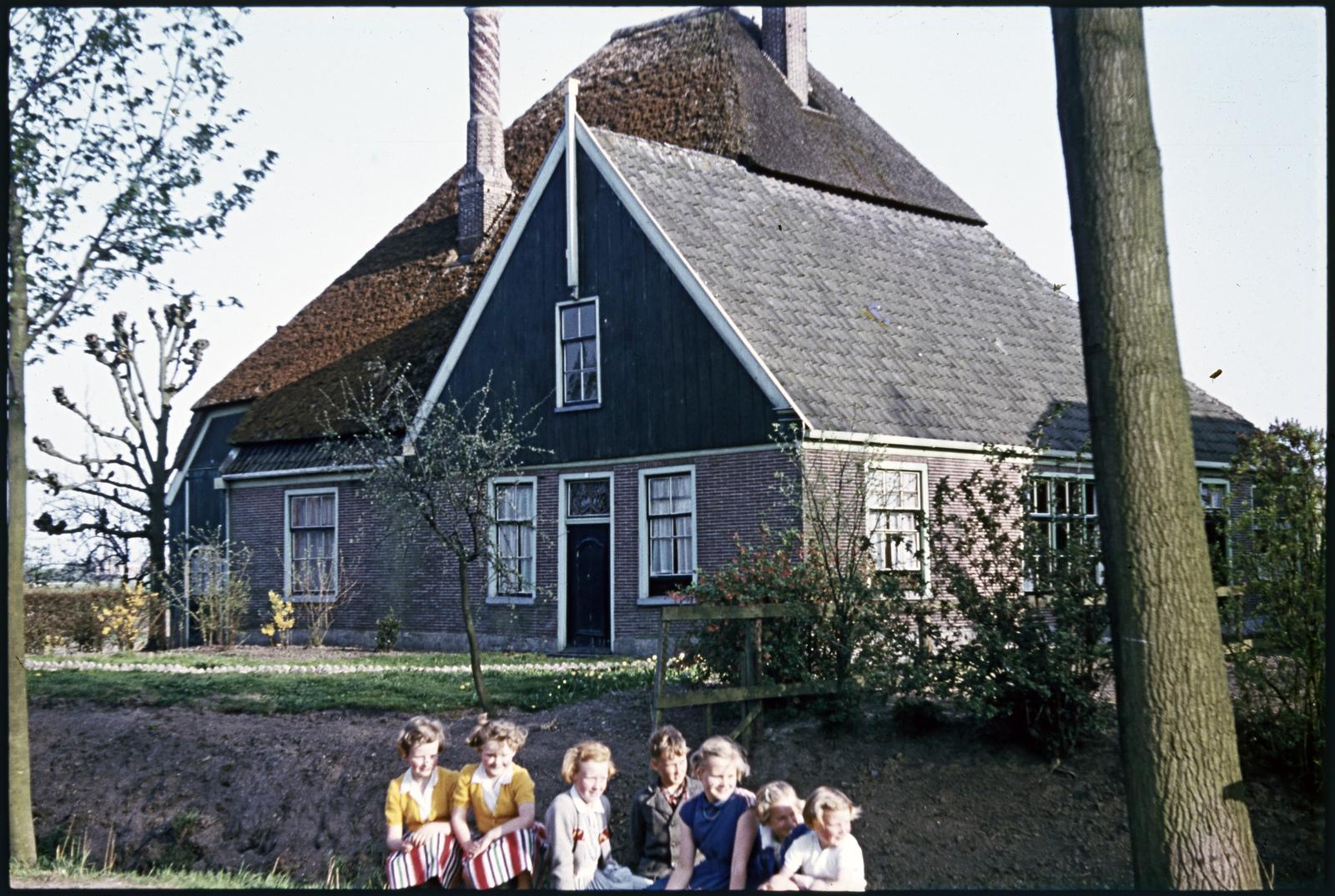 Kinderportret met woonhuis in Venhuizen
