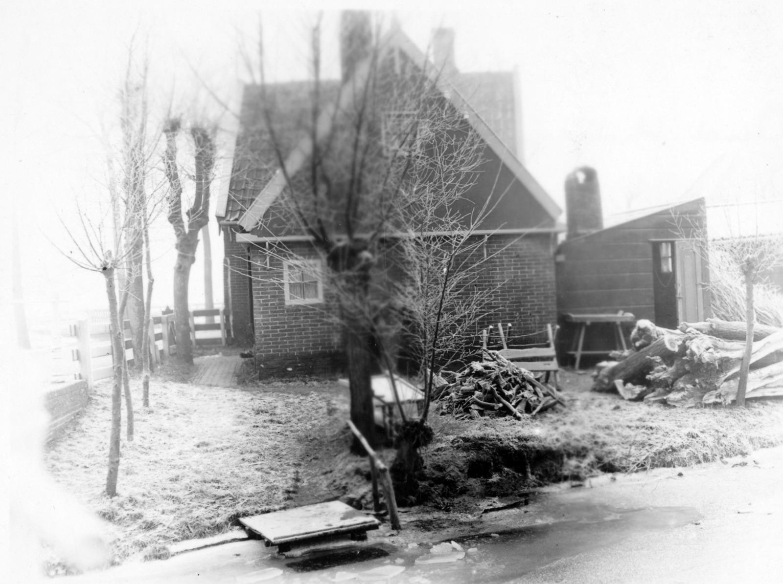 Oud huisje in de winter in Hauwert