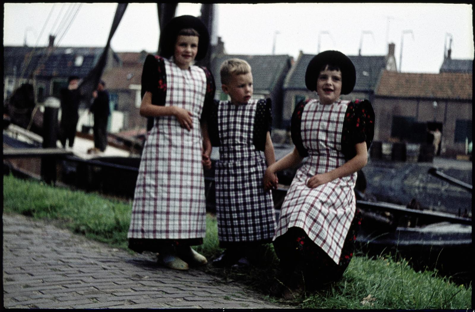 Drie kinderen in klederdracht