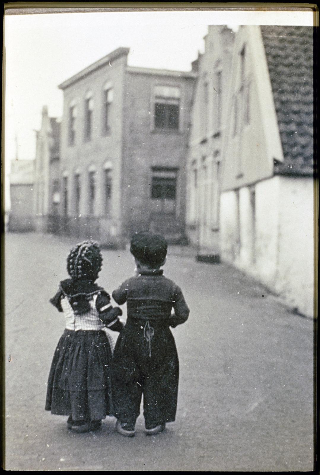 Straatbeeld met volendamse kinderen.