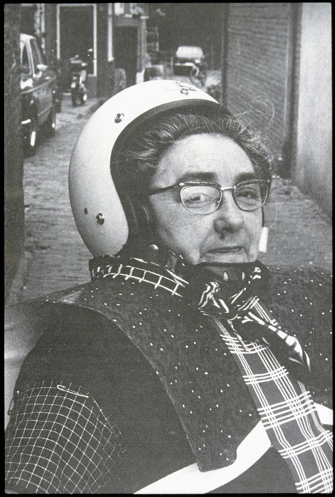 Vrouw in klederdracht met helm tijdens de Spakenburger dagen.