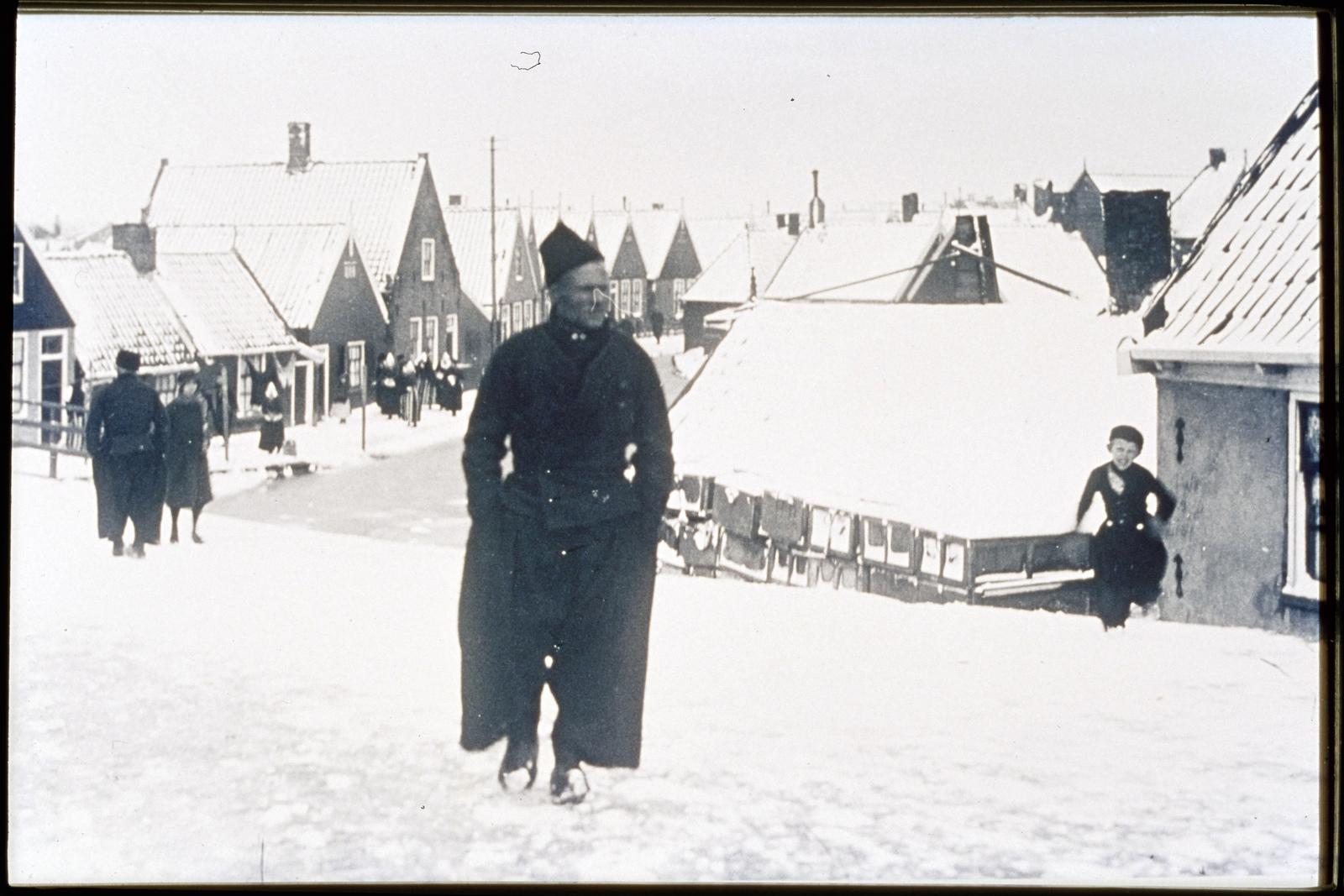 Volendammer in winterse stadsgezicht