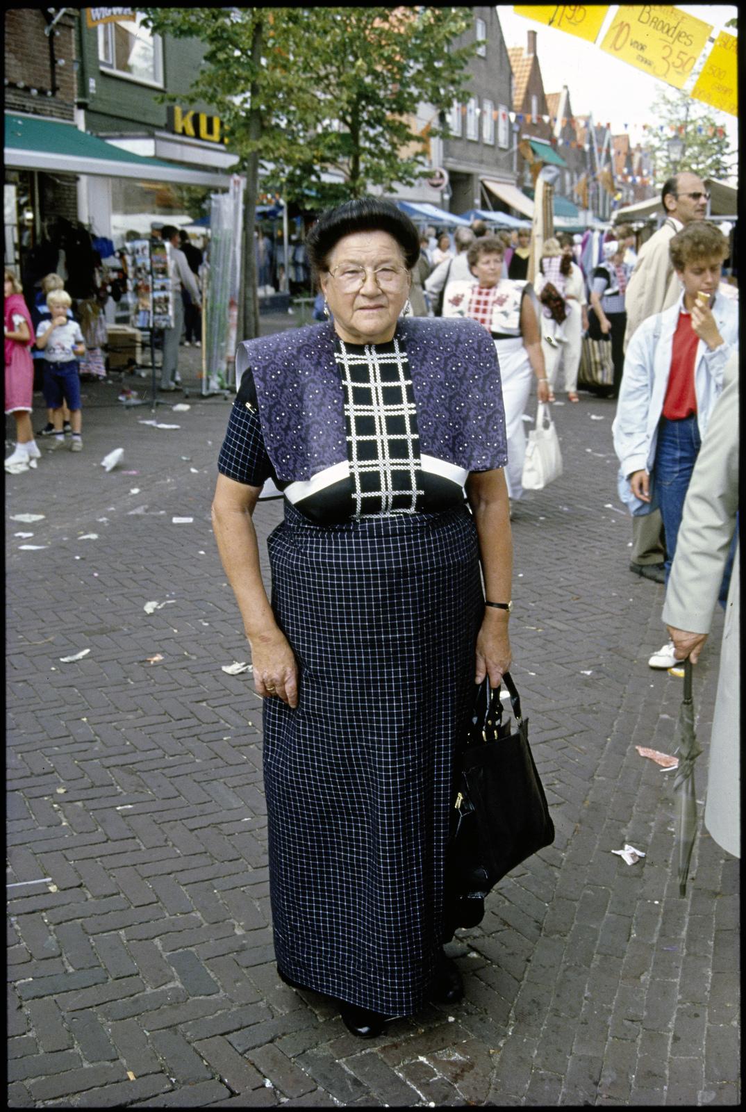 Vrouw in klederdracht op straat tijdens Spakenburger dagen.