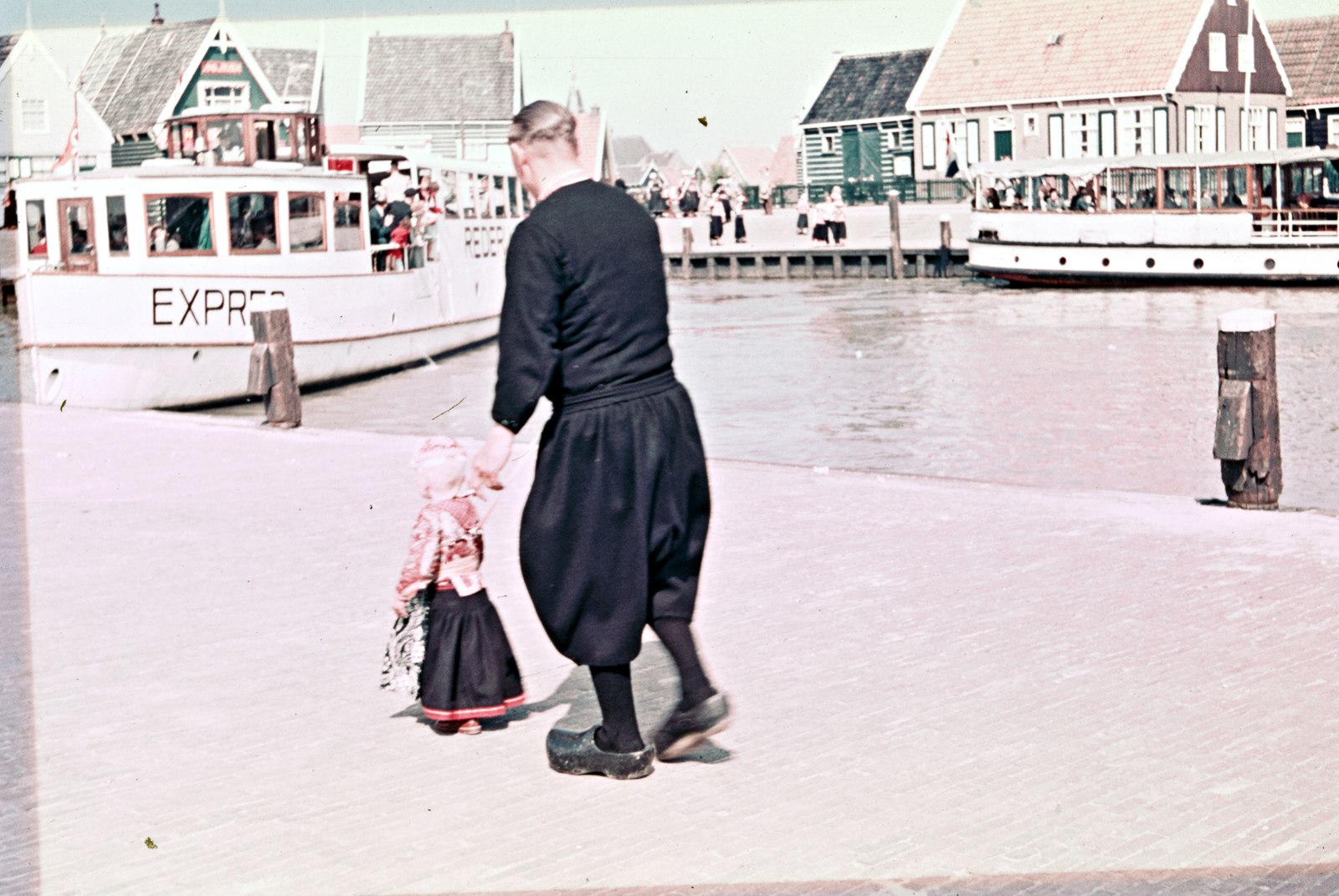 Marker man en kind in de haven