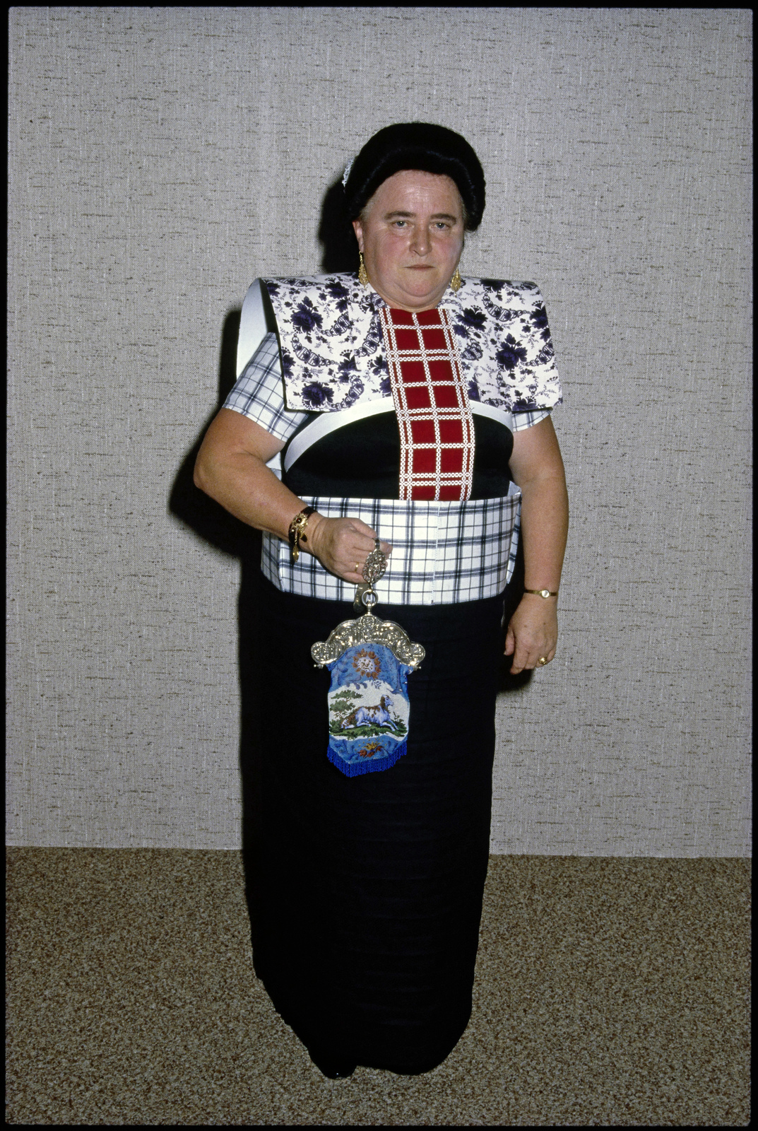 Vrouw in klederdracht tijdens Spakenburger Klederdrachtenshow.