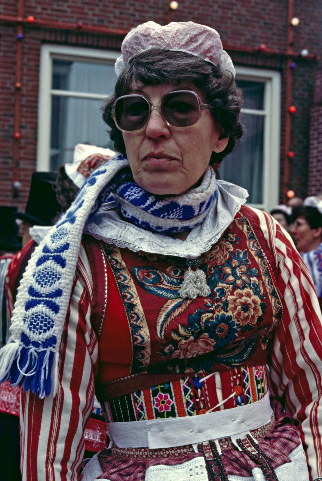"""Vrouw met rijglijf, bauw en kapje / Marker """"Bruiloft"""" Koninginnedag 1985."""