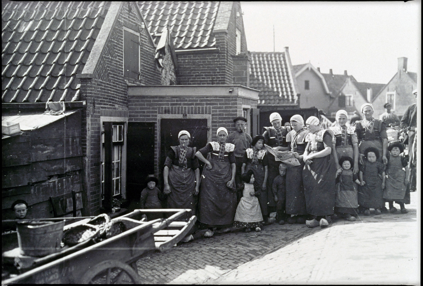Straatbeeld van dorpsbewoners met kar.