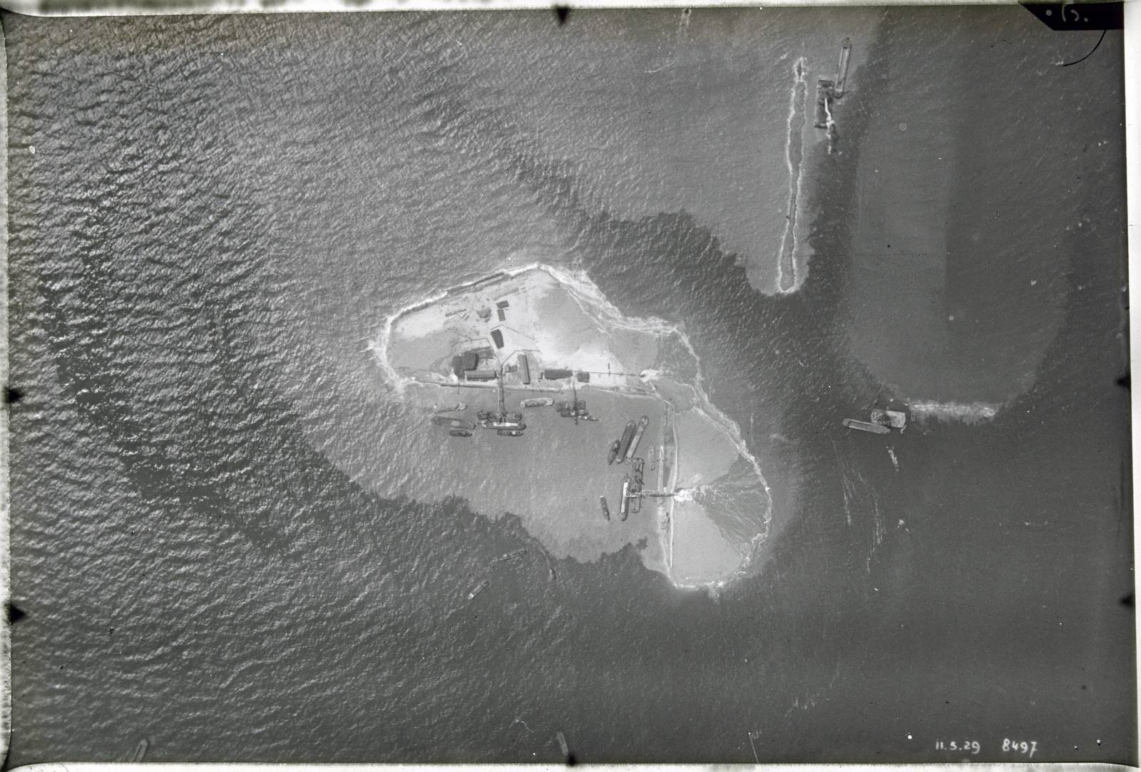 Luchtfoto Zuiderzeewerken. Ontstaan van het eiland Breezand midden in zee tusschen Wieringen en Zurig 11-5' 29