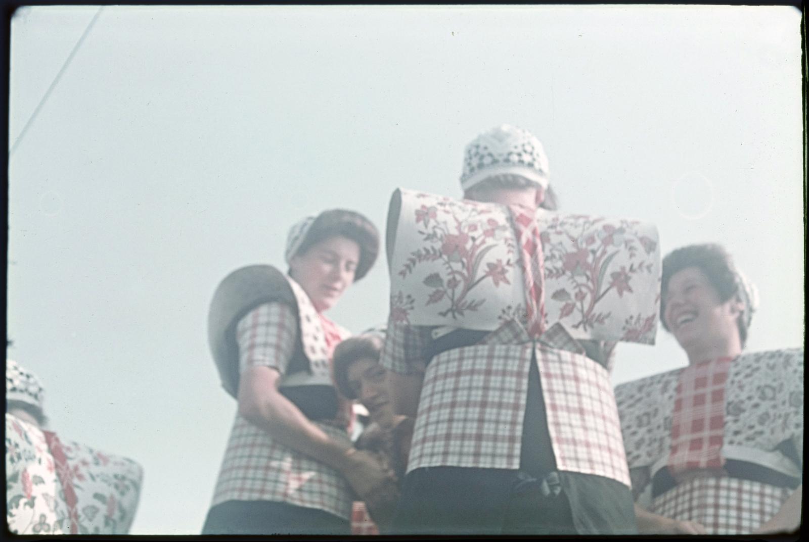 Vrouwen in klederdracht tijdens de Spakenburger dagen.