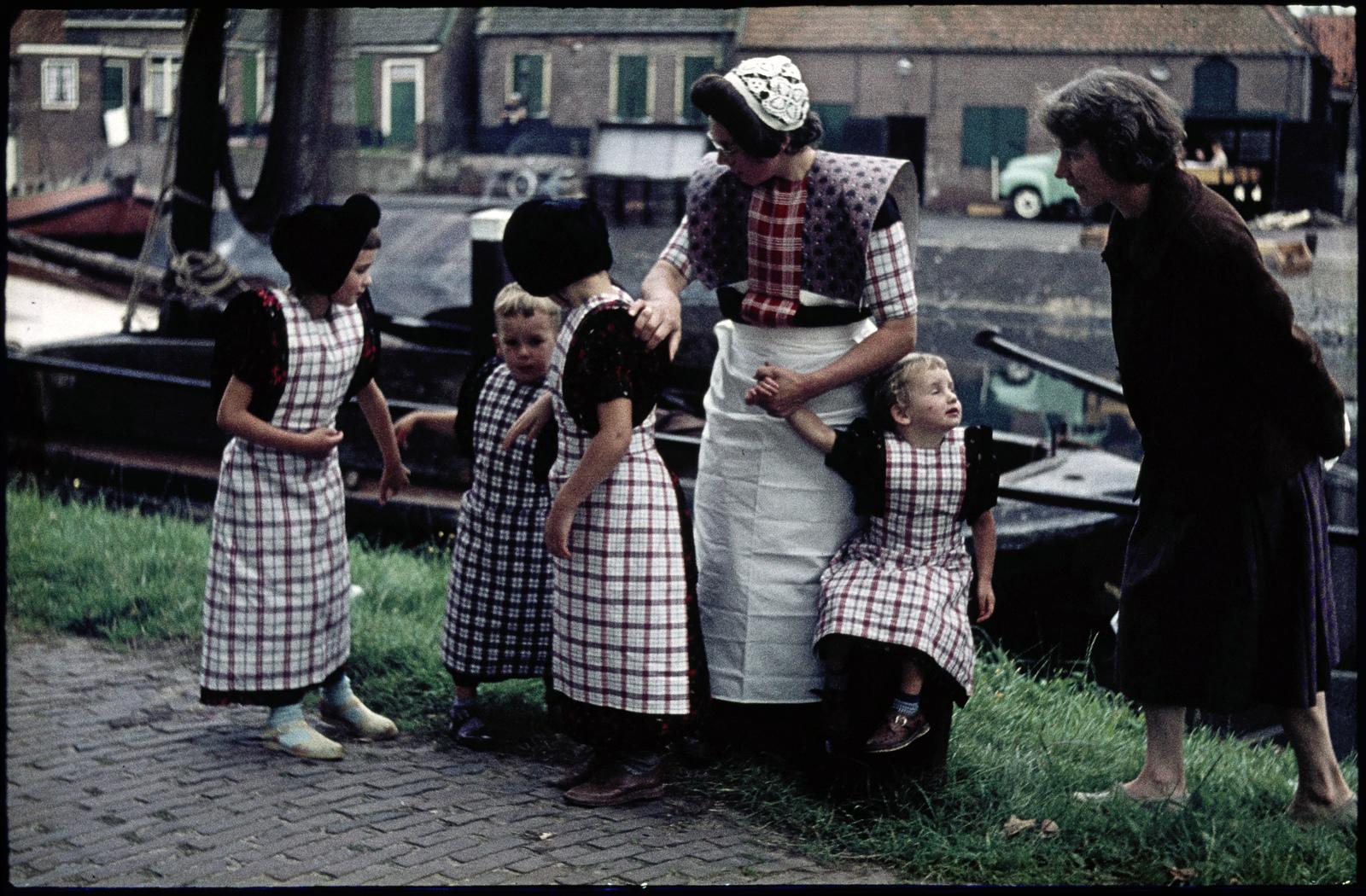Vrouw met kinderen in klederdracht
