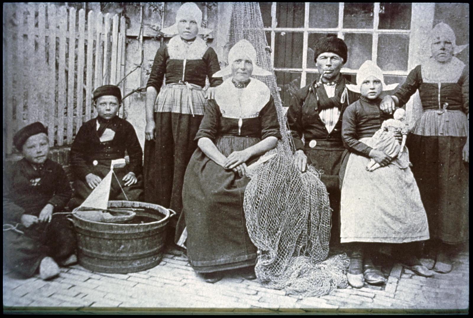 Volendamse familie in dracht