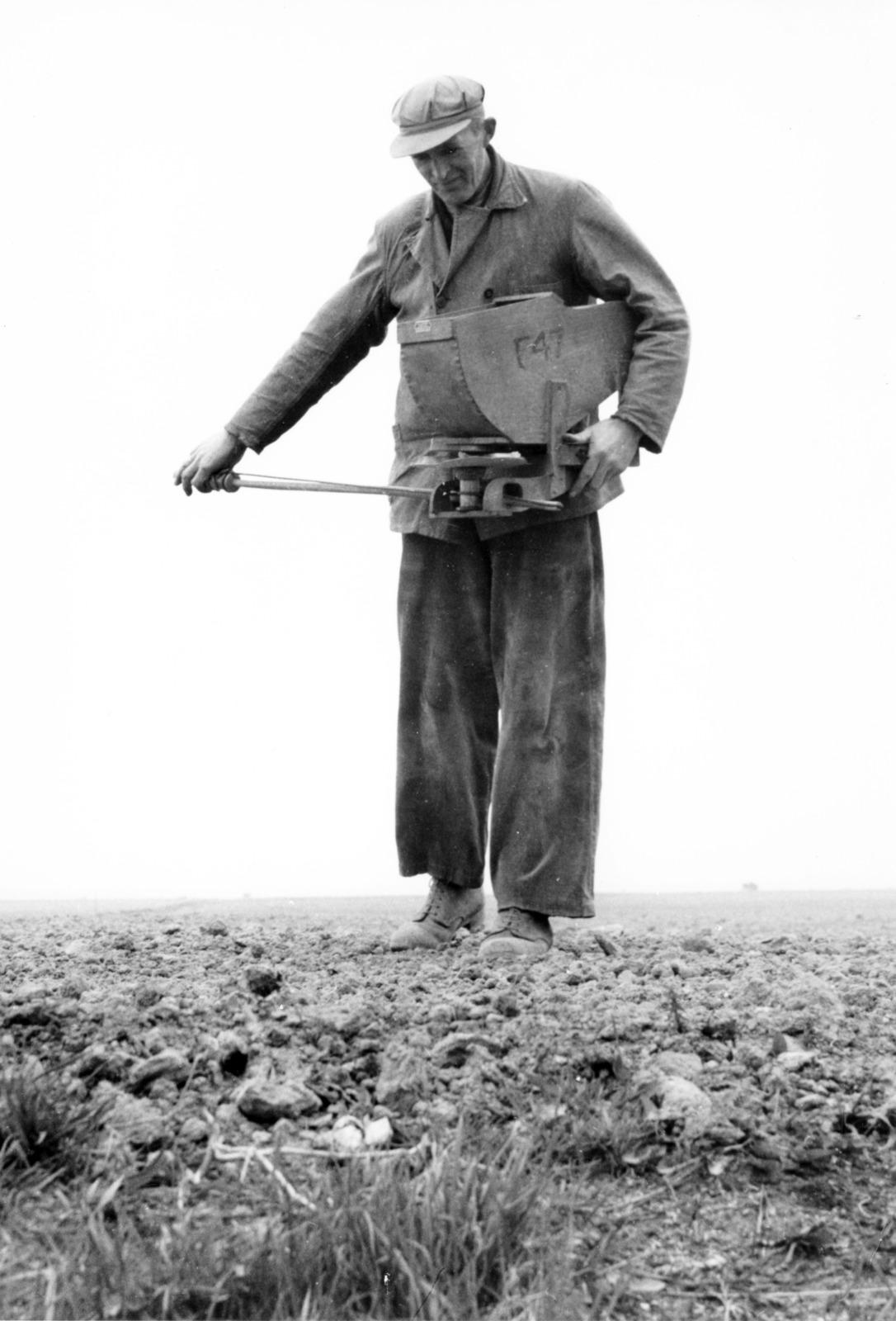 Agrariër met vioolzaaier op het land