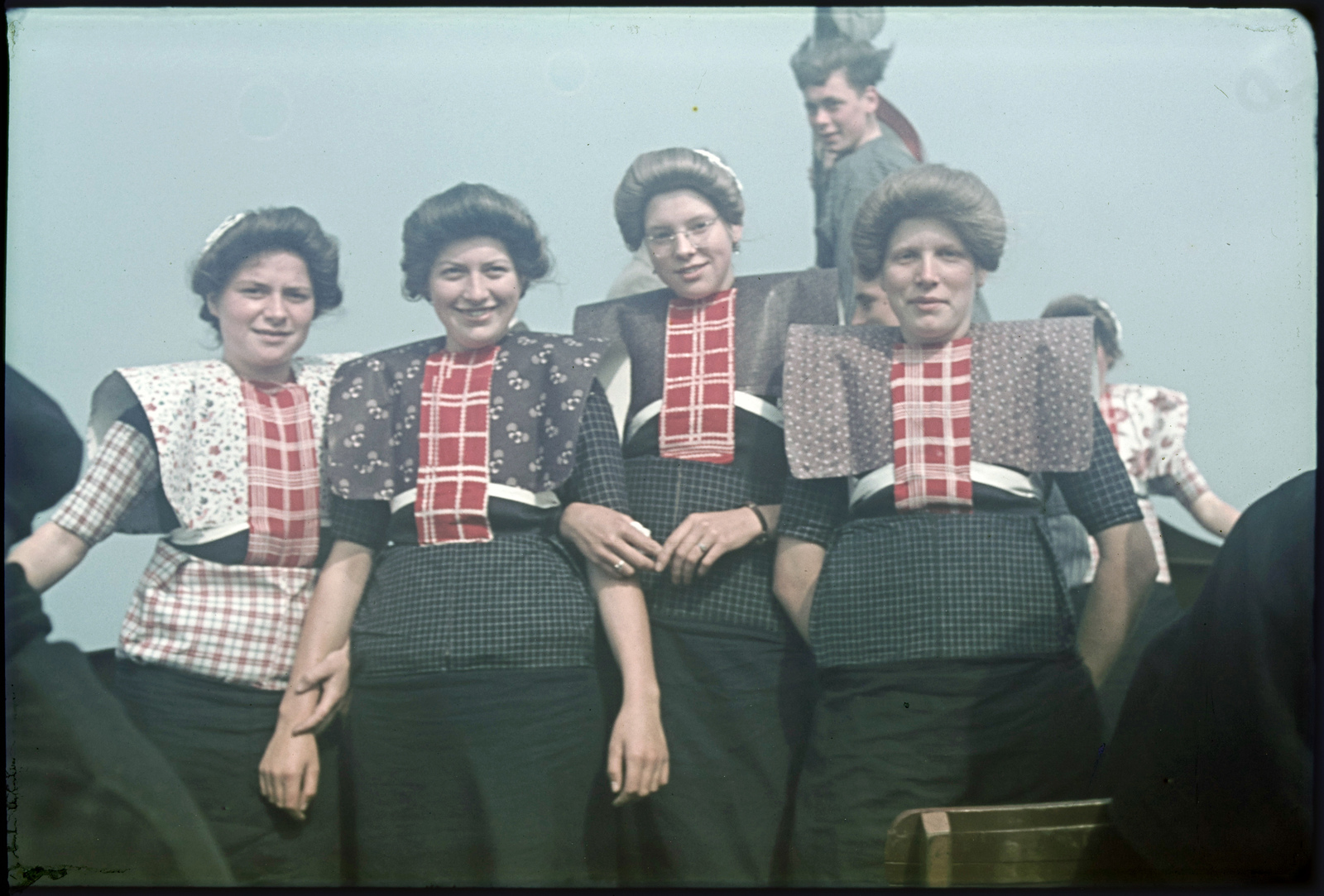 Vrouwen in klederdracht tijdens boottocht.