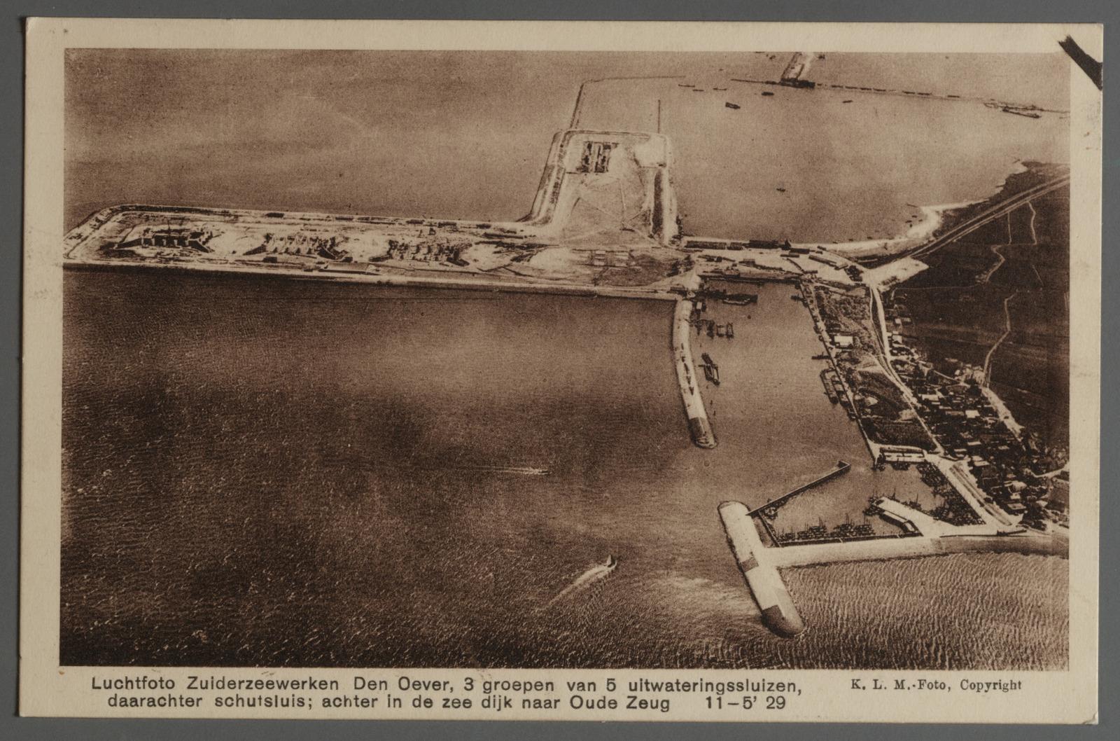 Luchtfoto Zuiderzeewerken. Den Oever 3 groepen van 5 uitwaretingssluizen, daarachter schutsluis; achter in de zee dijk naar Oude Zeug 11-5'29
