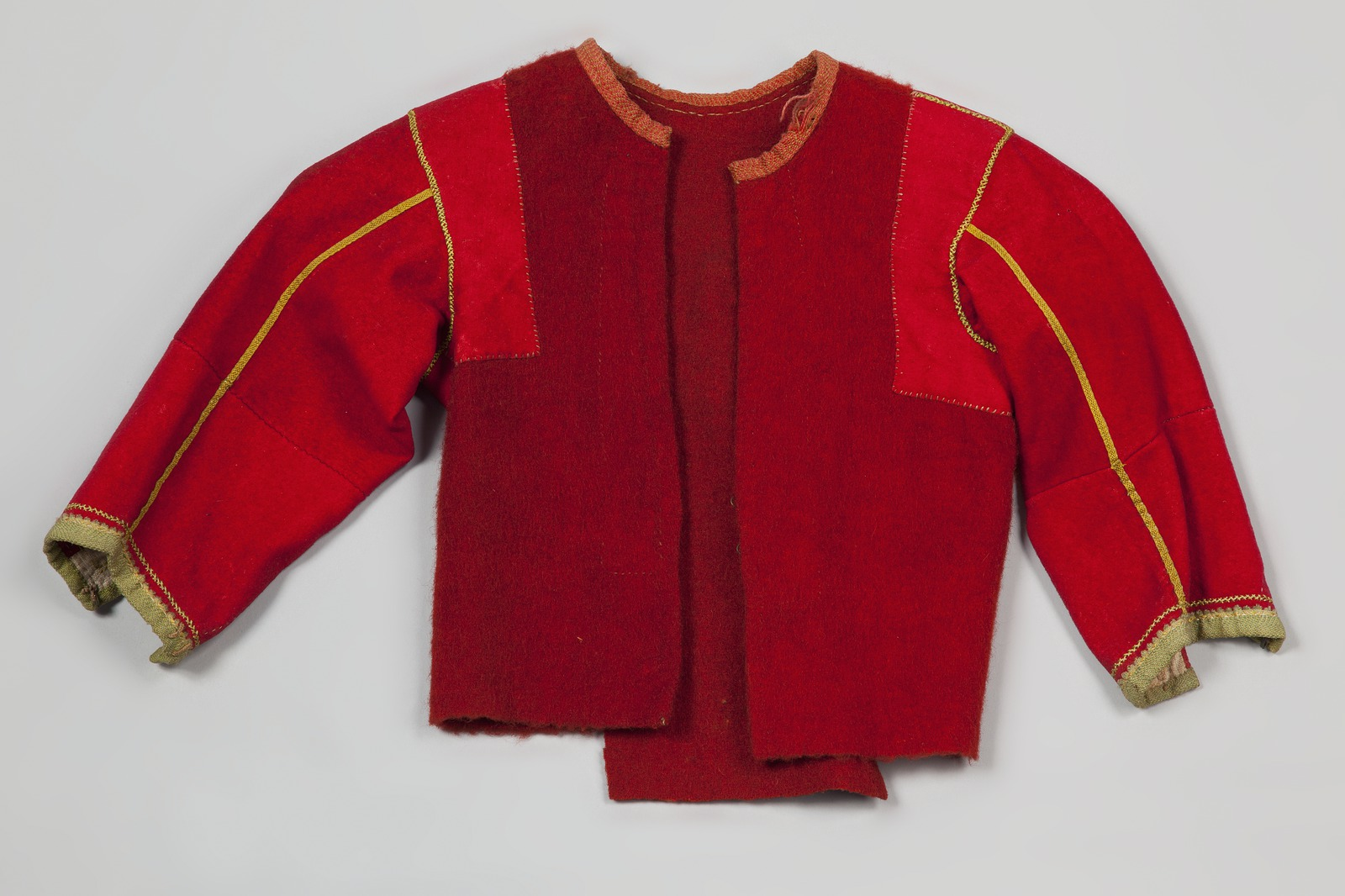 Rood wollen borsik voor een meisje