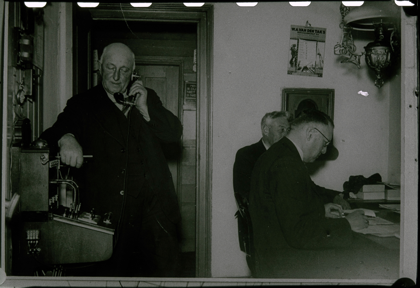 Mannen in postkantoor