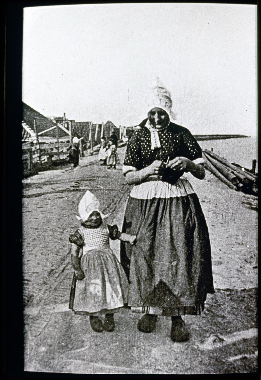 Volendamse moeder met kind.