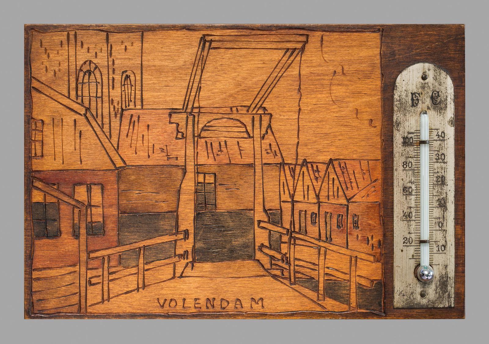Afbeelding brug te Volendam. gesneden in hout met thermometer.