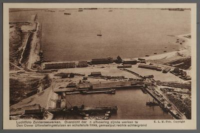 Luchtfoto Zuiderzeewerken. Overzicht der in uitvoering zijnde werken te Den Oever Uitwateringssluizen en schutsluis links, gemaalput rechts achtergrond
