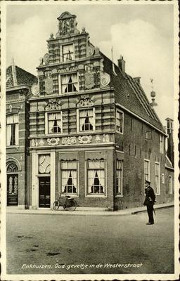 Enkhuizen. Oud geveltje in de Westerstraat
