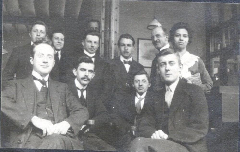 Groepsfoto R. Mees & Zoonen. Zittend v.l.n.r. C. v.d. Berg, A.W. Kooyman, G.C. Baggus, P.G. Meyer. Staand v.l.n.r.A.A. Uitenbroek, J.J. Huldy, Houlet, Aernoudts (daarachter), J. de Bom, Jac. Thiessen, Mej. Mims