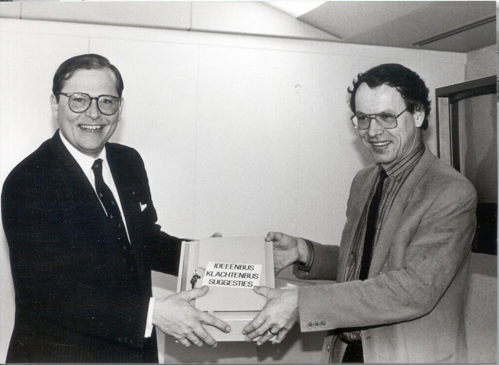 Verenigde Spaarbank. B.J.H.S. Feilzer (l) ontvangt een ideeënbus.