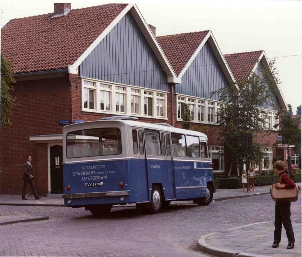 Rijdend bijkantoor Spaarbank voor de Stad Amsterdam op de Waddenweg in Amsterdam-Nieuwendam.