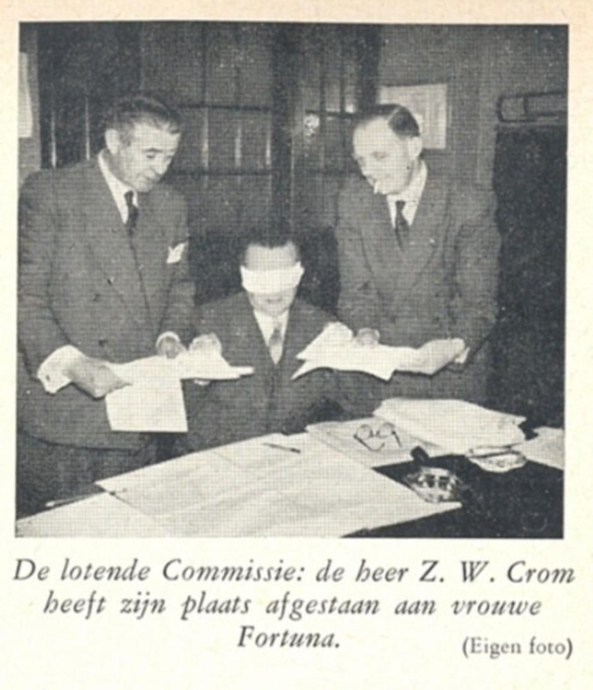 Voorzitter toelatingscommissie Z.W. Crom verricht de loting