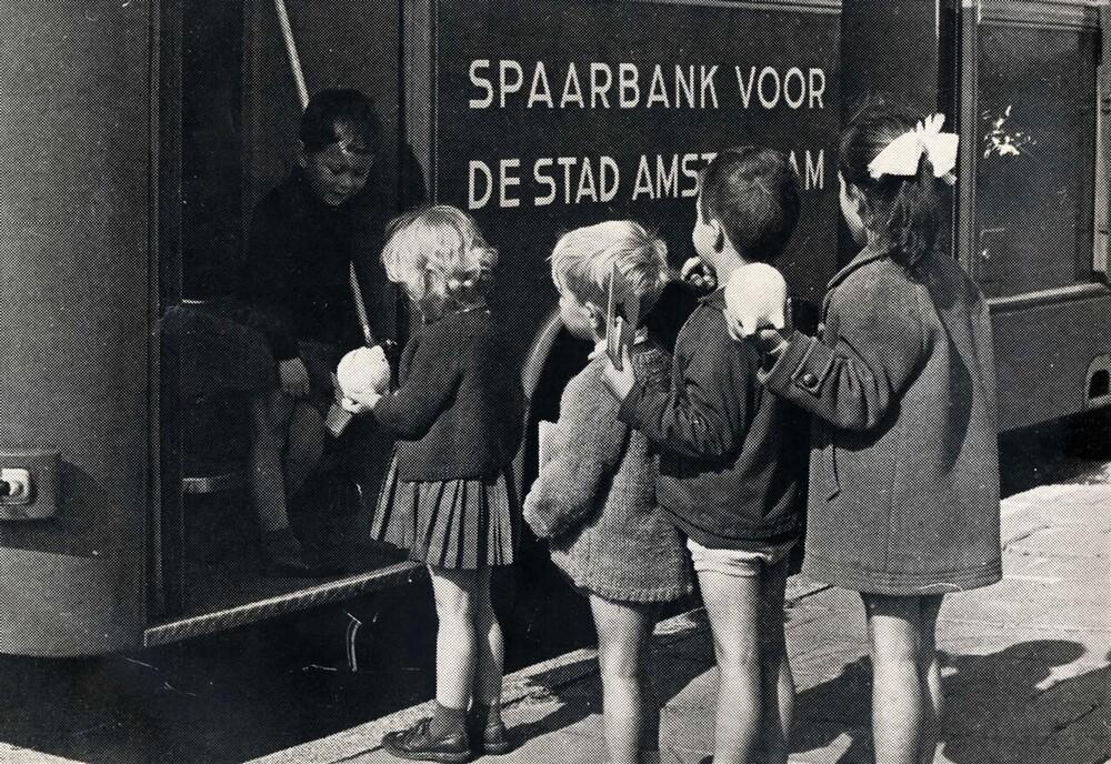 Kinderen komen hun spaargeld brengen naar het rijdend bijkantoor van de Spaarbank voor de Stad Amsterdam