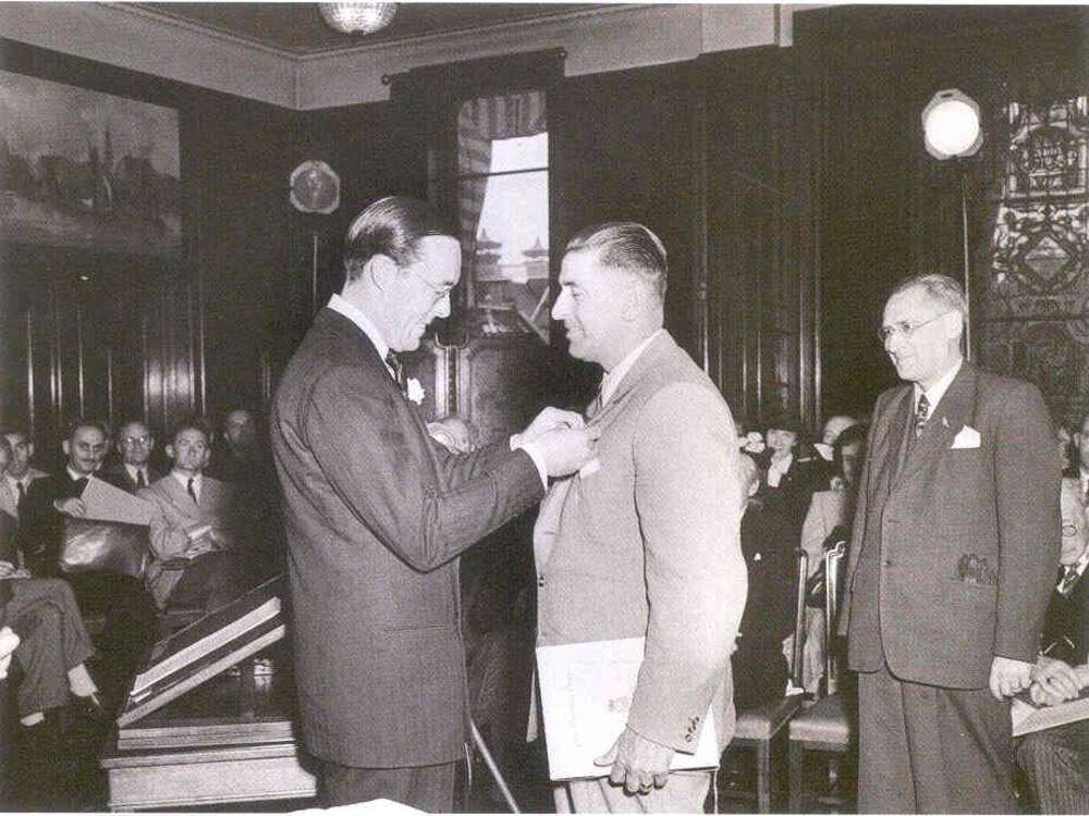 Prins Bernhard reikt de eerste Zilveren Anjer uit aan A.J.Th. Thijssen