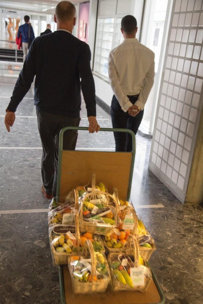 ABN AMRO, Foppingadreef 22, Amsterdam, de wekelijkse fruitmanden worden naar de bestellende afdelingen gebracht