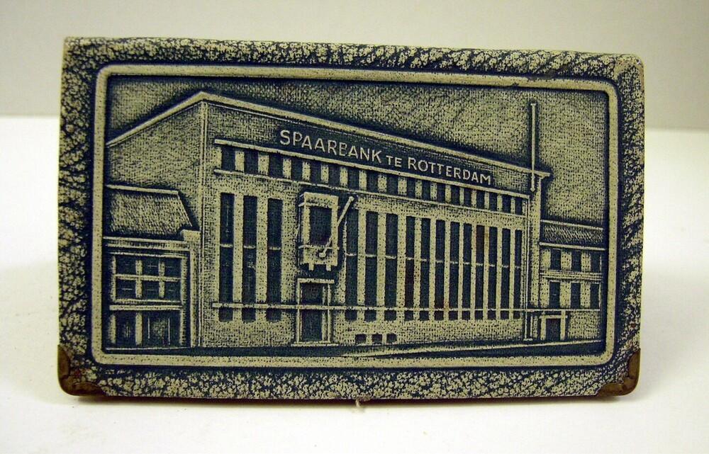 Spaarpot van de Spaarbank te Rotterdam in de vorm van een boekje met gebouw Botersloot op voorzijde