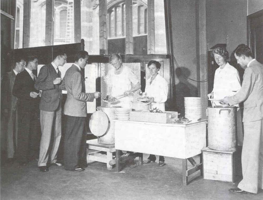 Gaarkeuken, voedselvoorziening in het hoofdkantoor van de Twentsche Bank, Spuistraat 138-150,  Amsterdam tijdens de oorlogsjaren.