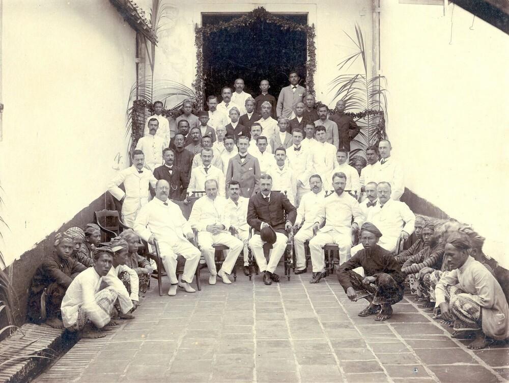 Personeel Factorij, met zittend in het midden president Charles Hendrik Christiaan Bijvanck