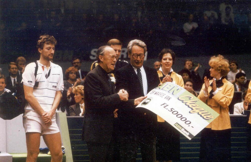 ABN Tennistoernooi (WTT) met prins Bernhard, R. Hazelhoff en tennissers Miloslav Mecir en Stefan Edberg: overhandiging cheque