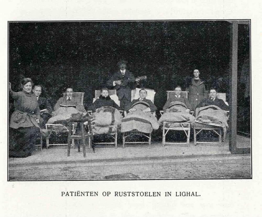 Vakantieoord Erica, Ericaweg, Nunspeet: patiënten op ruststoelen in lighal