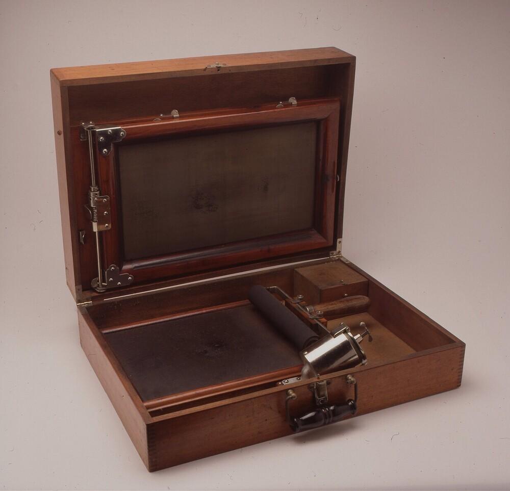 Gestetner nr. 123477; stencilmachine met handbediening, in houten kast