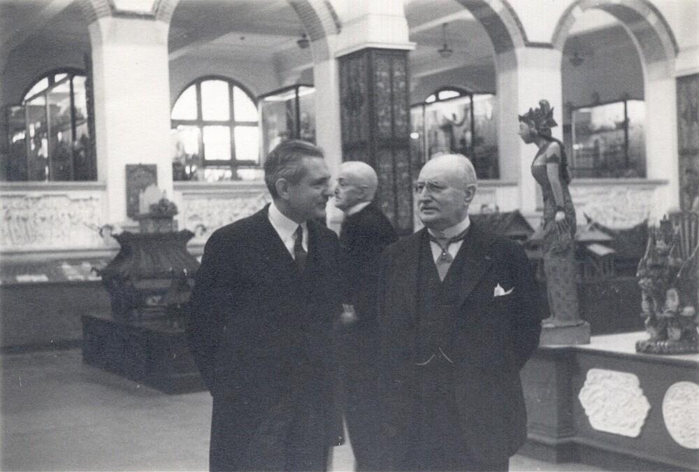 Afscheid van dr. C.J.K. van Aalst in het Koloniaal Instituut voor de Tropen. Rechts: Van Aalst, links: Crena de Iongh,