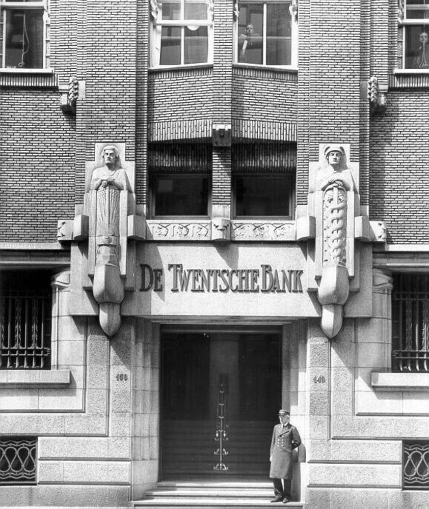 Amsterdam, Spuistraat 128-150, detail hoofdingang met sculptuur en portier