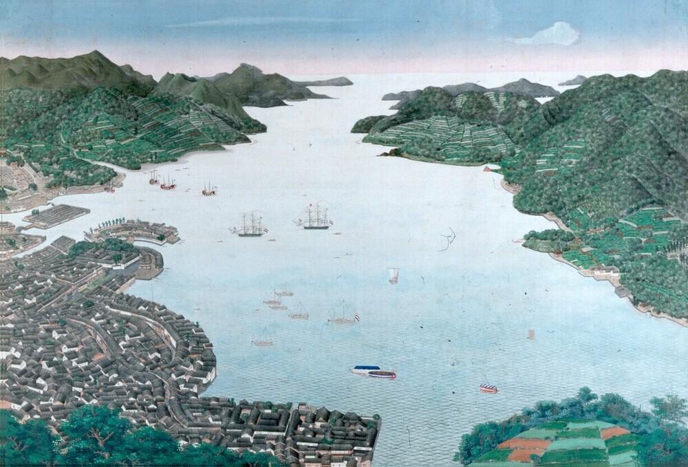 Gezicht op de baai van Nagasaki, met het schiereiland Decima, Japan.