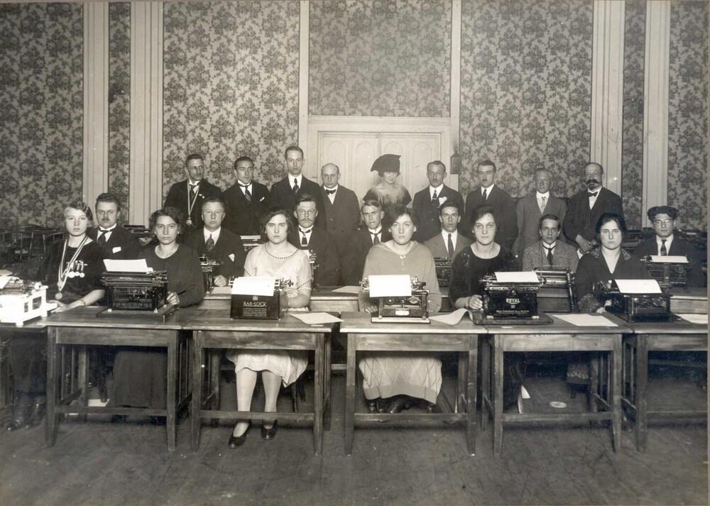 Groepsportret deelnemers aan de wedstrijd machineschrijven, Paleis voor Volksvlijt, Amsterdam