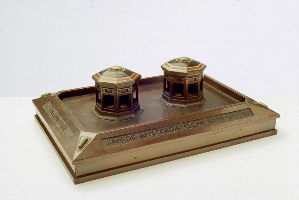 Koperen inktstel. Tekst:' December 1921 - aan de Amsterdamsche Bank N.V. Friedmanns Diamanthandel Msch Amsterdam'