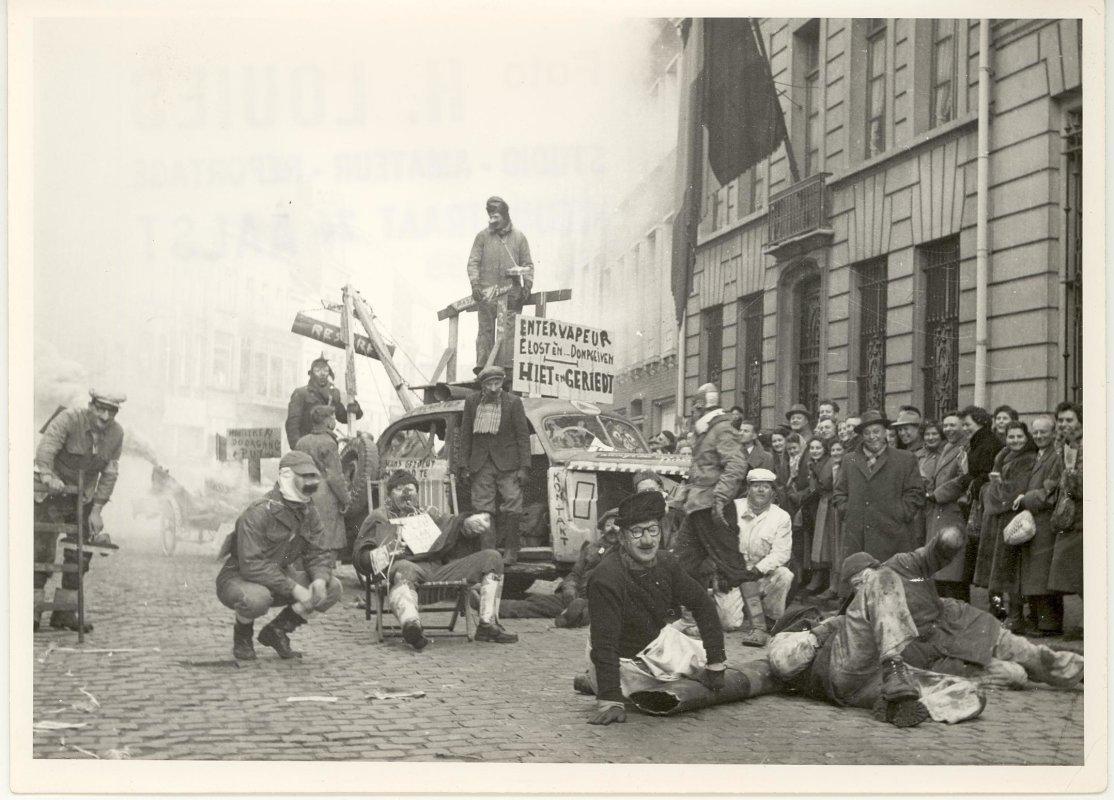 De Sloebers lachen tijdens carnaval met de Intervapeur, midden jaren 1950