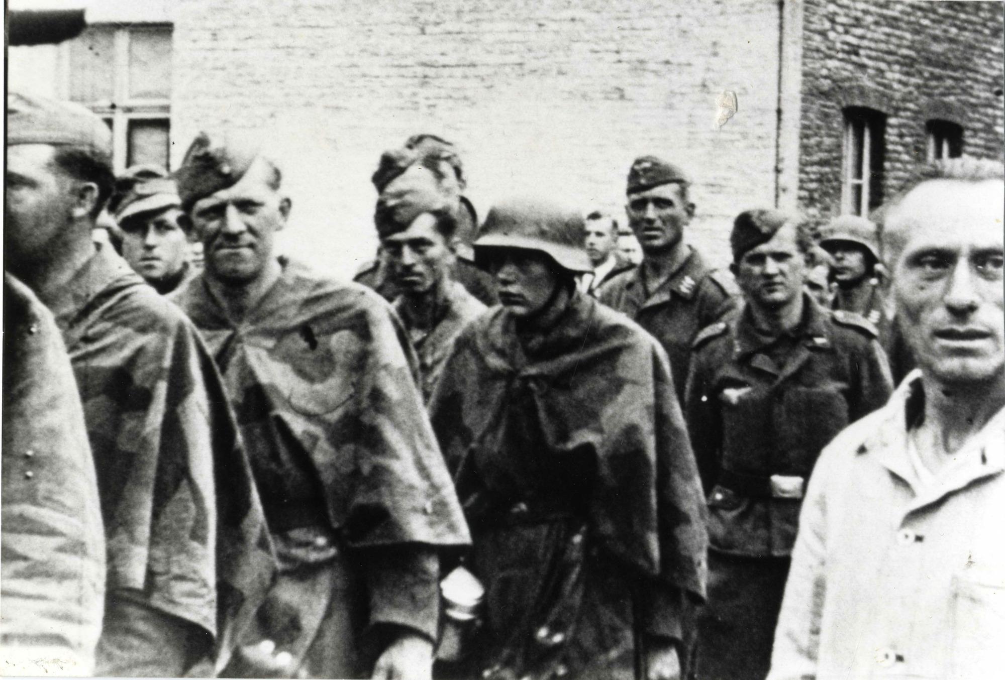 Duitse krijgsgevangenen worden door leden van het verzet richting Pupillenschool gevoerd, september 1944