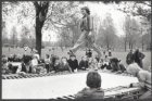 Trampolinespringen in het Erasmuspark aan de Jan van Galenstraat op Bevrijdingsd…