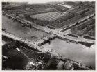 Luchtfoto van de bouw van de Berlagebrug (Brug 423) in aanbouw over de Amstel ge…